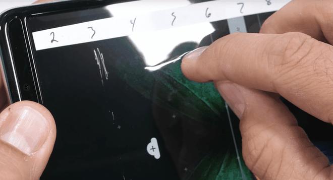Galaxy Fold cực kỳ mong manh, dùng móng tay cào nhẹ cũng khiến màn hình bị hư hỏng - Ảnh 3.