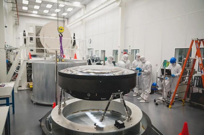 Đây là ống kính quang học lớn nhất Thế giới: Rộng 1.5m, sản xuất suốt 5 năm mới xong - Ảnh 1.