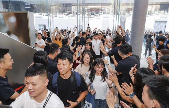 Người Trung Quốc xếp hàng mua điện thoại mới của Huawei - Ảnh 7.