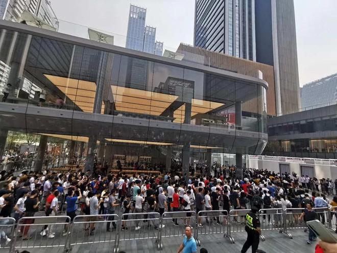 Người Trung Quốc xếp hàng mua điện thoại mới của Huawei - Ảnh 4.