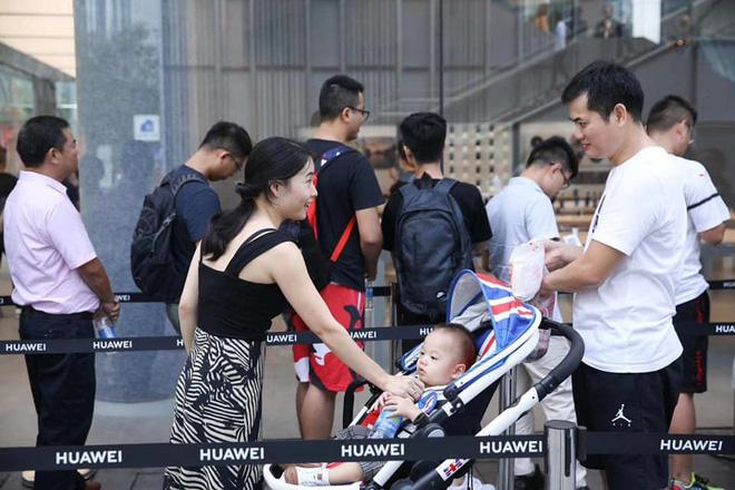 Người Trung Quốc xếp hàng mua điện thoại mới của Huawei - Ảnh 6.