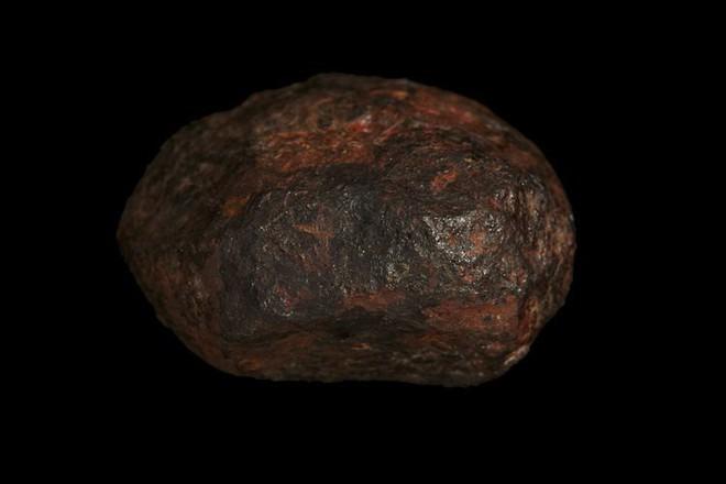 Phát hiện mới: Cục đá nằm lăn lóc bên vệ đường này là khoáng chất tự nhiên sinh ra từ lõi một hành tinh cổ đại - Ảnh 2.