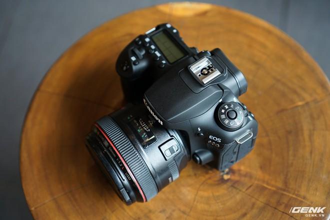 Trên tay Canon EOS 90D: Ngoại hình không thay đổi nhiều, phần cứng nâng cấp đáng kể, chưa có giá chính thức tại Việt Nam - Ảnh 1.