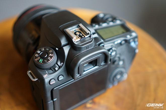 Trên tay Canon EOS 90D: Ngoại hình không thay đổi nhiều, phần cứng nâng cấp đáng kể, chưa có giá chính thức tại Việt Nam - Ảnh 8.