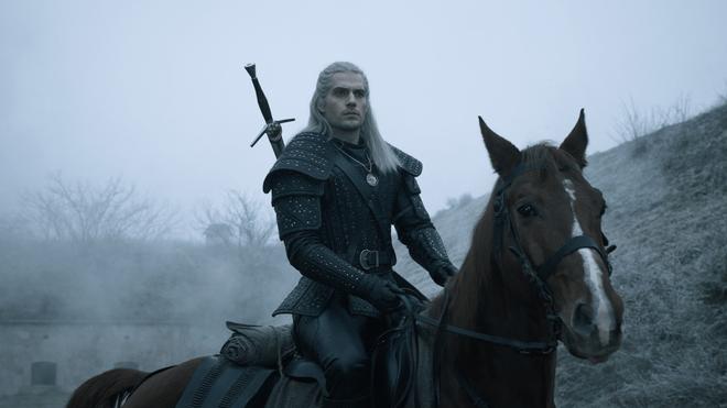 7 bí mật của witcher Henry Cavill: Mặt dày gọi liên tục cho Netflix để được casting, cứ quay phim xong là vác luôn trang phục Geralt về nhà mặc cho nó ngầu - Ảnh 8.