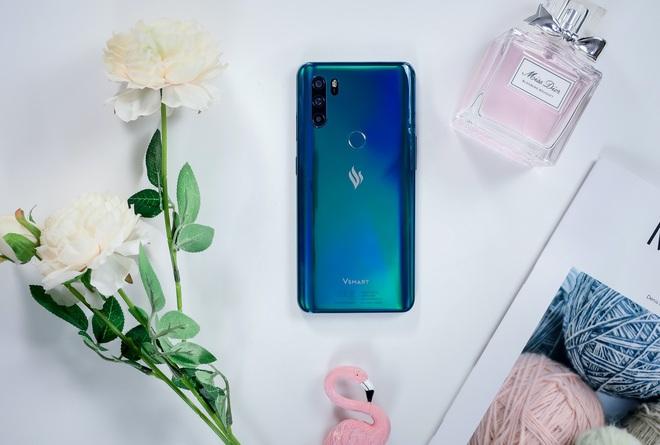 """Đây là 4 chiếc smartphone tầm trung với tông màu Classic Blue bạn có thể chọn cho năm mới thêm phần """"xanh tươi"""" - Ảnh 3."""