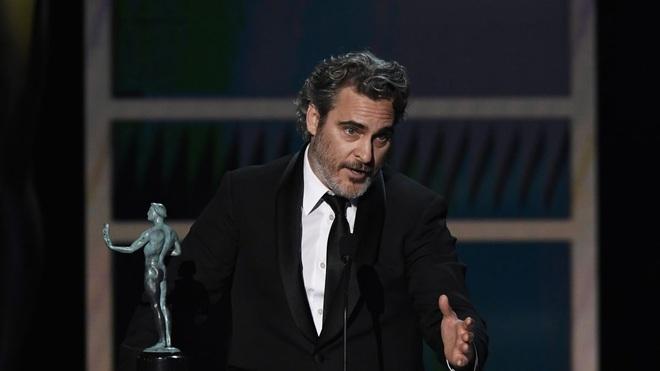 Tiếp tục thắng giải lớn, Joaquin Phoenix xúc động tri ân Joker Heath Ledger: Thành công hôm nay của tôi đến từ những gì Heath đã làm được trước đó - Ảnh 1.