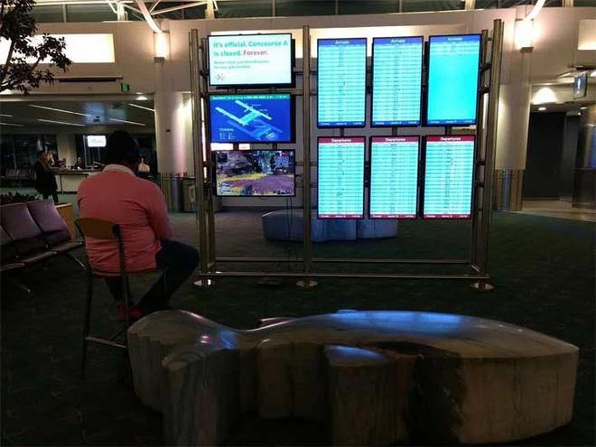 Chán cảnh ngồi không chờ đợi, game thủ cắm PS4 vào màn hình của sân bay để chơi game - Ảnh 1.