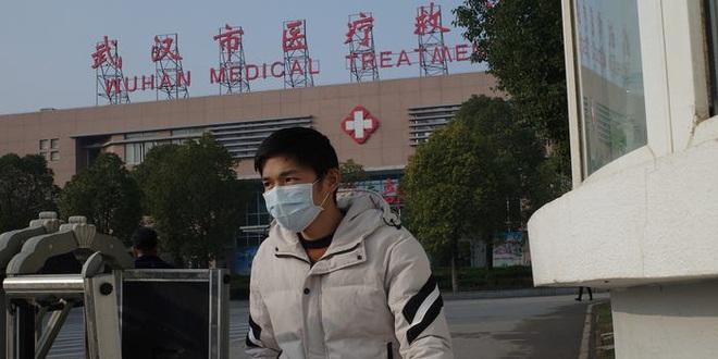 Video từ tâm dịch Vũ Hán: Nhân viên y tế Trung Quốc mặc đồ chống virus kín người, quét thân nhiệt hành khách trên máy bay - Ảnh 2.