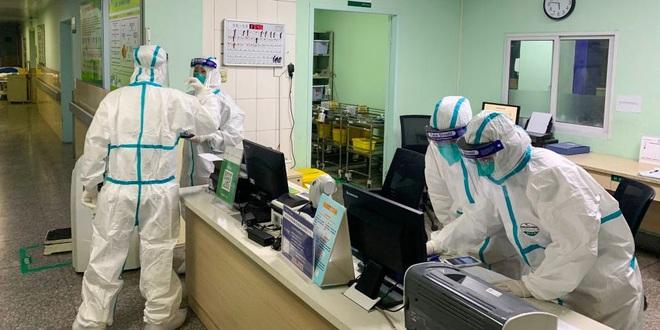 Những bác sĩ Vũ Hán tận tâm: đeo bỉm cả ngày để tránh phải đi vệ sinh, bác sĩ phẫu thuật chỉnh hình có khả năng cũng tham gia chữa bệnh phổi - Ảnh 1.