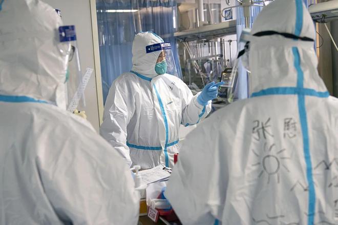 Những bác sĩ Vũ Hán tận tâm: đeo bỉm cả ngày để tránh phải đi vệ sinh, bác sĩ phẫu thuật chỉnh hình có khả năng cũng tham gia chữa bệnh phổi - Ảnh 2.