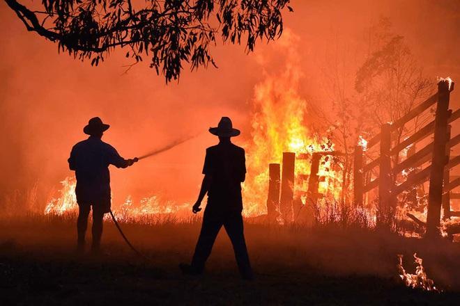 Lý giải trực quan về đám cháy khủng khiếp tại Úc: nhiệt lượng từ đâu, tại sao cháy rừng lại gây bão sét, người ta có chạy thoát được ngọn lửa không? - Ảnh 1.
