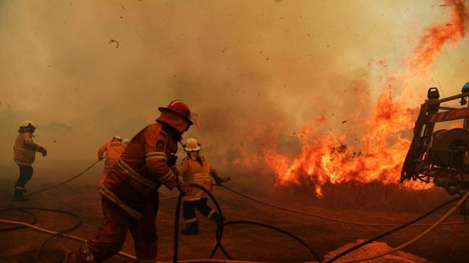 Lý giải trực quan về đám cháy khủng khiếp tại Úc: nhiệt lượng từ đâu, tại sao cháy rừng lại gây bão sét, người ta có chạy thoát được ngọn lửa không? - Ảnh 15.