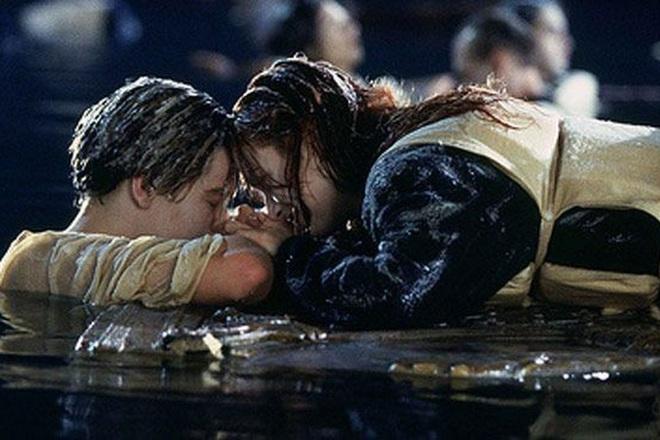 """Lên nhận giải Quả cầu vàng 2020, Brad Pitt cảm ơn bạn diễn DiCaprio bằng cách """"cà khịa"""" cái kết của Titanic - Ảnh 2."""