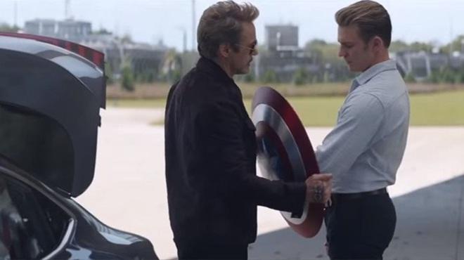 Con gái màn ảnh của Iron Man lôi khiên Captain America ra trượt tuyết, nhất quyết không chịu trả lại cho Marvel - Ảnh 1.