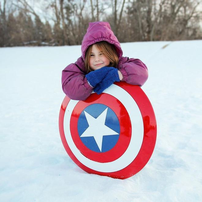 Con gái màn ảnh của Iron Man lôi khiên Captain America ra trượt tuyết, nhất quyết không chịu trả lại cho Marvel - Ảnh 3.