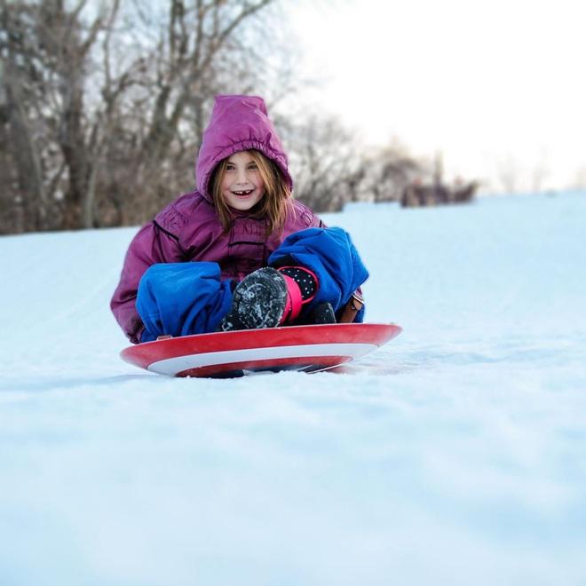 Con gái màn ảnh của Iron Man lôi khiên Captain America ra trượt tuyết, nhất quyết không chịu trả lại cho Marvel - Ảnh 4.