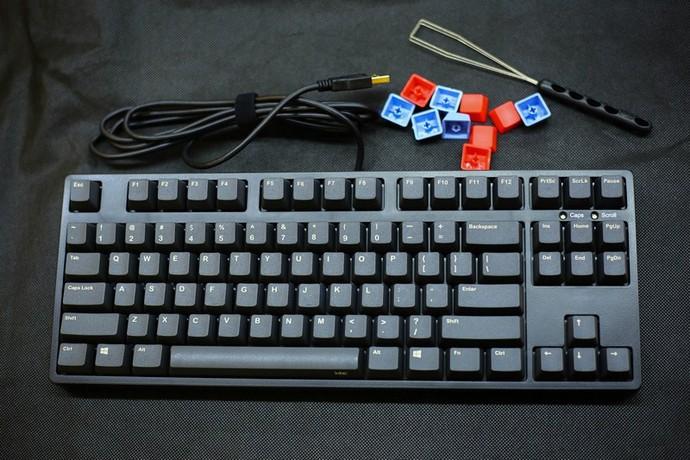 Bộ phụ kiện kèm theo gồm key puller và một số nút màu thay thế, khá hữu dụng và thú vị.