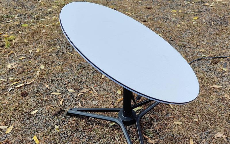 """Mổ bụng chảo vệ tinh """"Đĩa Thị Mặt Mẹt"""" của Starlink: toàn là chip do SpaceX tự sản xuất, có dàn ăng-ten tí hon hướng lên trời tự động dò vệ tinh để bắt sóng"""