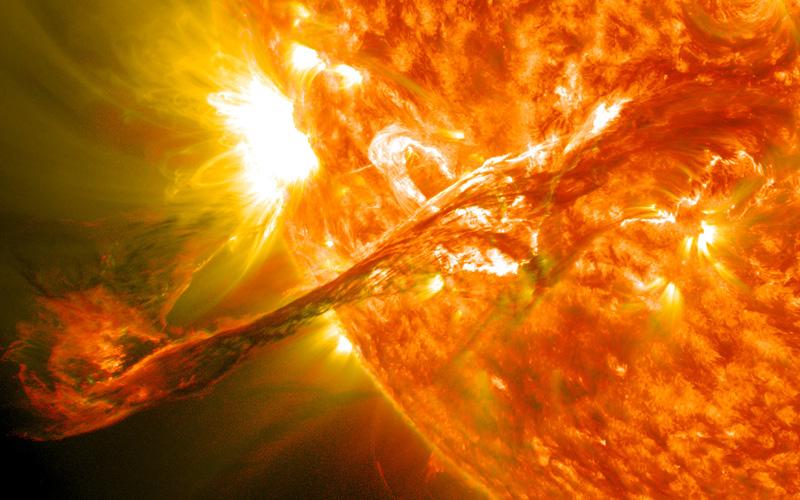 Một cơn bão Mặt Trời khổng lồ đang di chuyển đến Trái Đất vào hôm nay