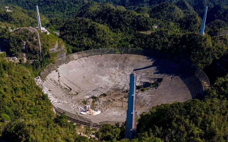Hai góc máy cho thấy toàn cảnh vụ việc sập đài thiên văn Arecibo diễn ra cách đây không lâu