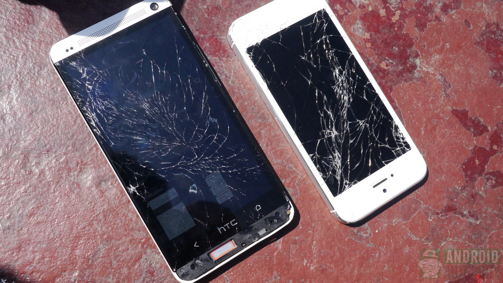 HTC One vs iPhone 5: Smartphone nào bền hơn? 1
