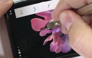 Kênh YouTube nổi tiếng JerryRigEverything nghi ngờ màn hình Galaxy Z Flip không được làm bằng kính như Samsung quảng cáo