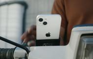 """Apple """"quay xe"""": Hôm trước vừa khuyến cáo người dùng không nên gắn iPhone lên xe máy, hôm sau đã tung quảng cáo iPhone 13... được gắn lên xe máy"""