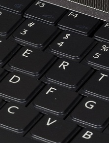 Vì sao các kí tự bàn phím xếp theo kiểu QWERTY, thay vì ABCDEF như trong bảng chữ cái?