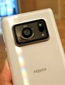 """Sharp Aquos R6 mới ra mắt gây sốc với cụm camera duy nhất nhưng """"siêu to khổng lồ"""""""