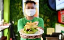 Chuỗi pizza Việt Nam được báo Mỹ hết lời ca ngợi vì ý tưởng làm 'burger corona', đắt hàng đến mức không đủ để bán giữa mùa dịch ế ẩm