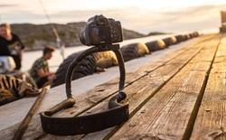 Chiếc dây đeo máy ảnh 'kì quái' này có thể biến thành chân tripod để những buổi đi chụp của bạn trở nên nhẹ nhàng hơn