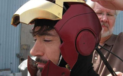 """Fan bất ngờ """"khai quật"""" bức ảnh lịch sử của MCU: Robert Downey Jr. lần đầu tiên đội thử chiếc mũ giáp trên phim trường Iron Man"""