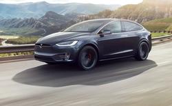 Xe Tesla tăng tốc lên 85mph vì bị đánh lừa bởi miếng băng keo dán trên biển báo 35mph