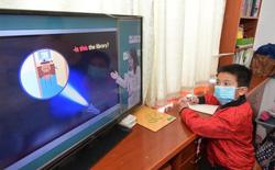 Học online thời dịch Covid-19 ở Trung Quốc: mang bàn học ra ban công bắt Wi-Fi hàng xóm, cầm điện thoại lên nóc nhà làm bài thi