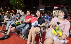 Đông người dùng đến xếp hàng chờ mua Galaxy S20 đầu tiên tại Việt Nam