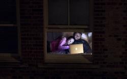 Nhiếp ảnh mùa dịch: Bộ ảnh qua khung cửa sổ hàng xóm trong những ngày ở nhà
