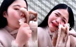 Nữ vlogger thực hiện thử thách ăn bạch tuộc sống, nhưng con bạch tuộc cũng cố ăn lại cô ấy