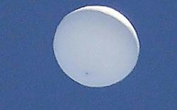 UFO bí ẩn xuất hiện trên bầu trời, chính phủ Nhật lập tức điều trực thăng ra theo dõi