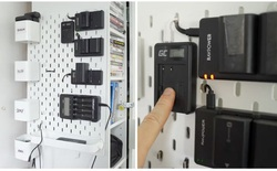 """Cách tự tạo """"trạm sạc"""" gắn tường độc đáo cho tất cả thiết bị điện tử của bạn"""