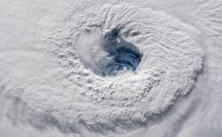 Chuyện gì xảy ra khi hai cơn bão va vào nhau?