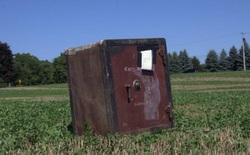 Ông nông dân Mỹ phát hiện ra cái két sắt bí ẩn nằm chỏng chơ giữa cánh đồng nhà mình