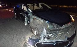 Xe Tesla đâm vào xe cảnh sát ở chế độ tự lái