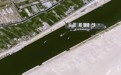 Đại khủng hoảng kênh đào Suez: Số tàu chờ đợi tại 2 đầu kênh đã lên tới 238 chiếc, ít nhất 10 ngày nữa mới có thể 'giải cứu' Ever Given