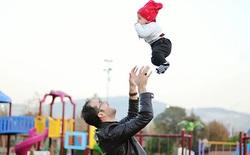 [Góc tranh cãi] Một bài vật lý cơ bản về lực đỡ em bé khi rơi nhưng có tới 3 đáp án khác nhau, hàng loạt thầy giáo, tiến sỹ chuyên Lý phản biện nhau gay gắt