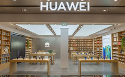 Dạo quanh cửa hàng của Huawei trên khắp Trung Quốc sẽ thấy rất ít smartphone