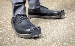 Đôi giày điều khiển bằng AI này sẽ giúp người khiếm thị tránh được chướng ngại vật dễ dàng