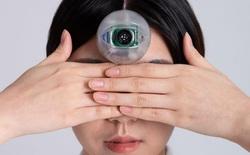 Con mắt robot dính trước trán này sẽ cho phép bạn vừa đi bộ vừa bấm điện thoại