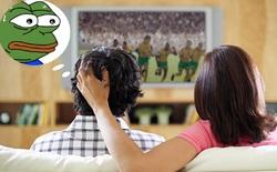 """Mùa bóng dễ bị vợ giận vì nửa đêm mở tivi ầm ĩ, anh em nhớ """"thủ"""" ngay những giải pháp sau để giữ hạnh phúc gia đình"""