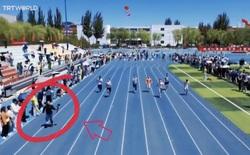 Cầm dàn máy nặng 4kg vừa chạy vừa quay, anh chàng cameraman... đánh bại vận động viên chạy nước rút trong cuộc đua 100m